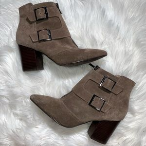 Restricted woman suede pointed booties/10